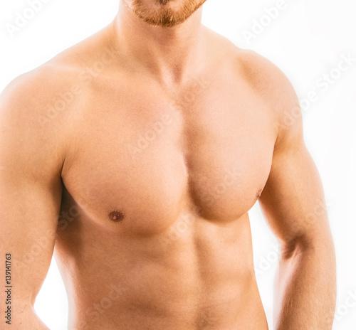 Plakat Mięśniowy młody człowiek odizolowywający na białym tle.