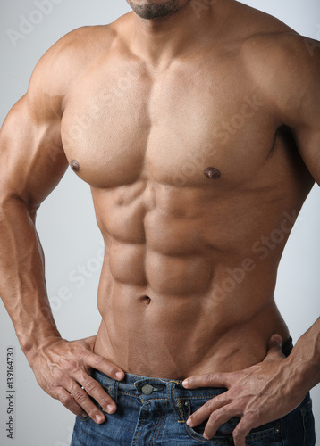 Fotografía  Strong Athletic Man Fitness Model Torso showing six pack abs