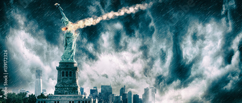 Photo Statue of Liberty destroyed by a meteor | New York city Apocalypse