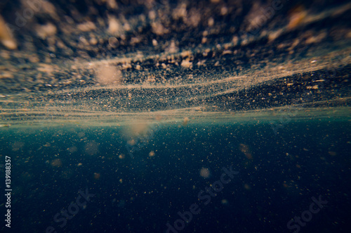 Photo abstract underwater background with plankton