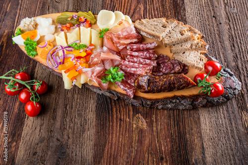 Spoed Foto op Canvas Buffet, Bar Brettljausn - Wurst und Käse Platte - Jause