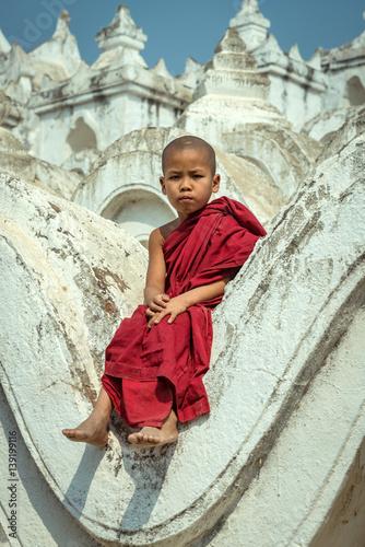 Photo  Myanmar novice  sitting on the hsinbyume pagoda