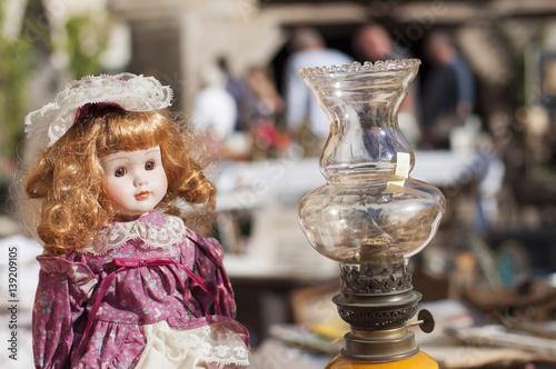 Photographie  poupée dans une brocante