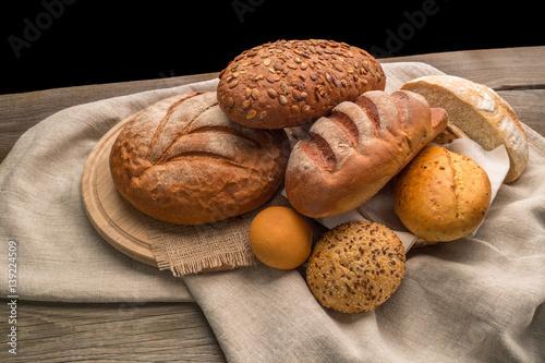 swiez-pachnacy-chleb-na-stole