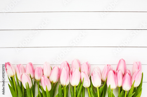Foto op Plexiglas Tulp Pink tulips on white wooden background. Top view, copy space