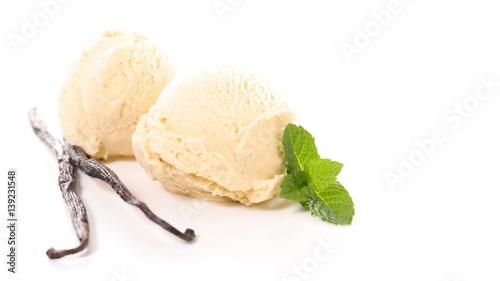 lody-waniliowe-udekorowane-laskami-wanilli-biale-tlo