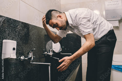 Valokuva Muslim cleaning his head