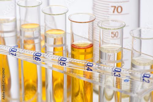 Fotografie, Obraz  Chemie und Experiment im Labor mit Reagenzgläser