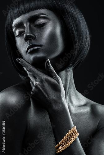 fasonuj-portret-ciemnoskorej-pieknej-dziewczyny-z-bizuteria