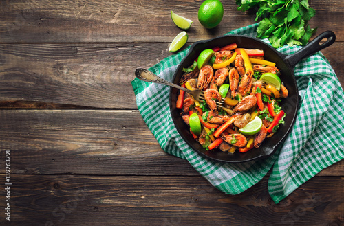Poster Coquillage Fried shrimps with bell peppers, cilantro and lime