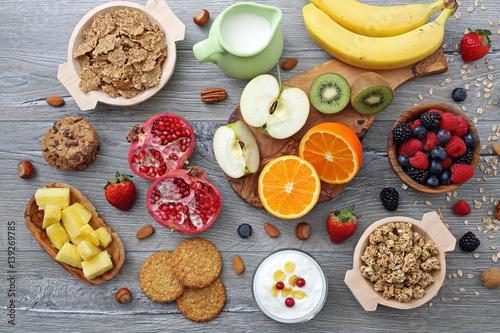 Fotografie, Obraz  cibo dietetico frutta cereali e latte su sfondo grigio