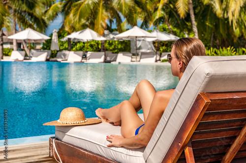 Obraz na płótnie Woman relaxing at the poolside