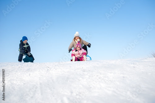 Poster Glisse hiver Mom and kids on a snow