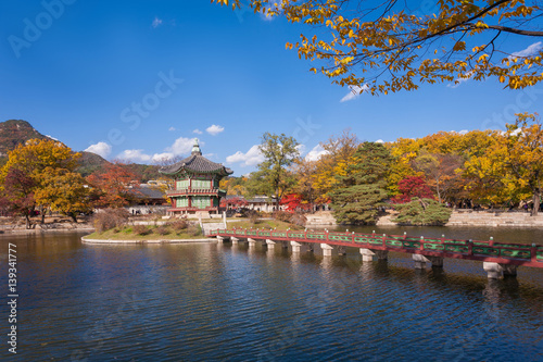 Foto op Canvas Seoel gyeongbokgung palace in autumn, lake with blue sky, Seoul, South Korea.