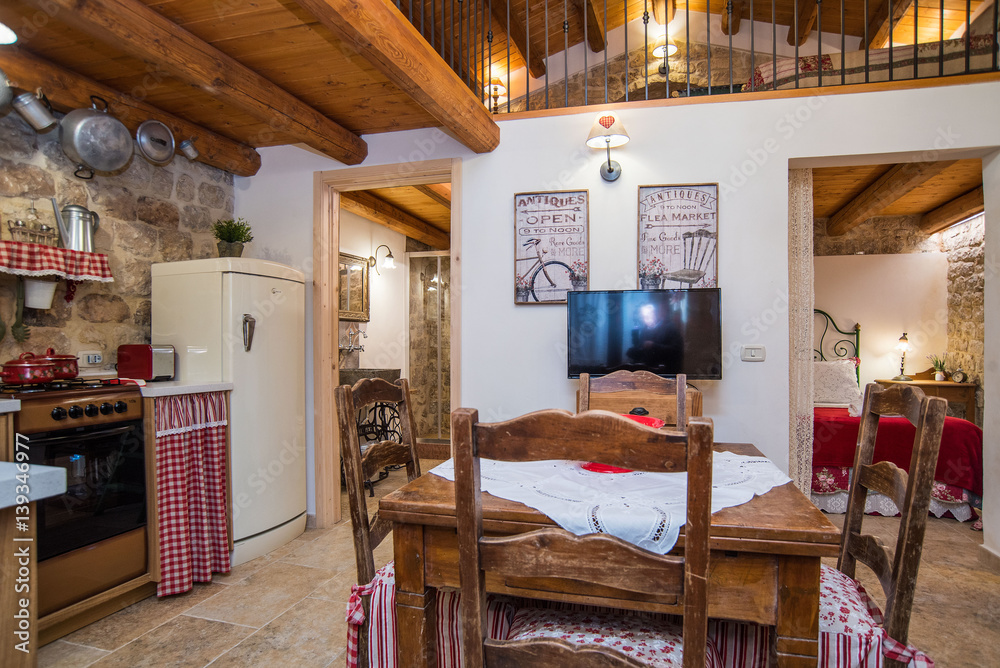Casa con soppalco con camera da letto, soggiorno e cucina Foto ...