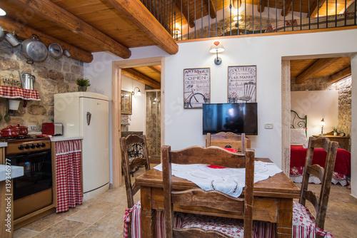 Casa con soppalco con camera da letto, soggiorno e cucina ...