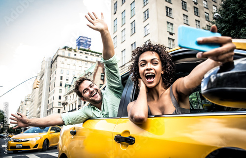Cuadros en Lienzo Happy couple on a yellow cab in New york