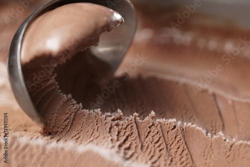 zgarniecie-lodow-czekoladowych-z-bliska-strzalu