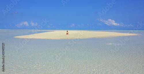 Fotografie, Obraz  femme sur banc de sable dans un lagon des îles Maldives