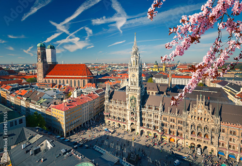 Fototapeta premium Widok z lotu ptaka Munchen na wiosnę: Marienplatz, New Town Hall i Frauenkirche
