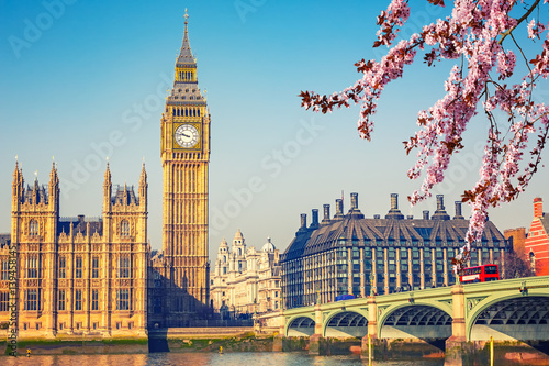 Foto  Big Ben and westminster bridge in London at spring