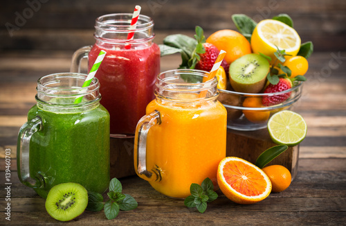 Foto auf Leinwand Saft Healthy fruit and vegetable smoothies