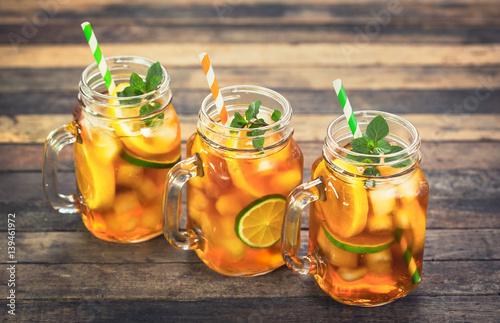 herbata-lodowa-z-cytryna-limonka-i-mieta