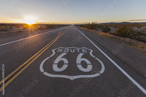 Papiers peints Route 66 Sunset on Route 66 in the California Mojave Desert.