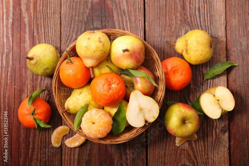 owoce-w-jesiennych-kolorach-na-stole