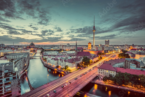 Poster Berlin Berlin skyline with Spree river at night, Germany