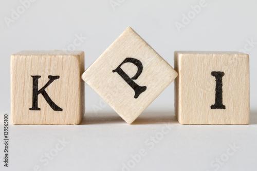 Valokuva  KPIの文字の書かれた積み木 key performance indicator