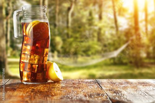 mrozona-herbata-na-dworze-sceneria-letnia-w-srodku-lasu