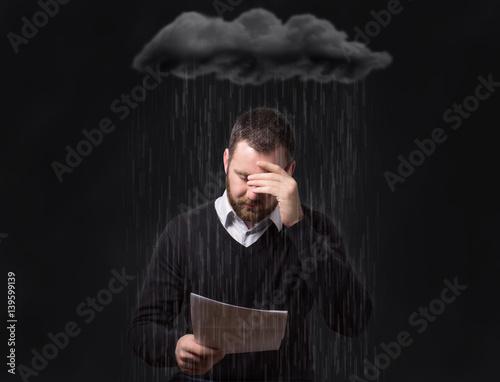 Verzweifelter Mann mit Schulden und Rechnungen Wallpaper Mural