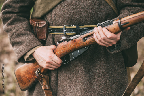 Pinturas sobre lienzo  Russian Soviet Infantry Soldier Of World War II Holds Rifle Weap