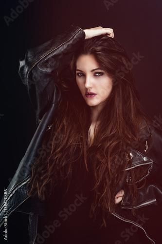 Fotografie, Tablou  Portrait d'une jeune femme sensuelle portant un blouson en cuir, le regard vers