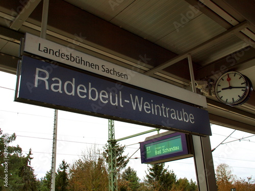 Fotobehang Treinstation Bahnhof Radebeul Weintraube (Sachsen)