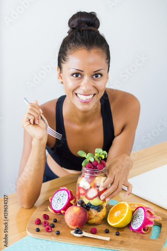 Photo  Latin woman with fruits