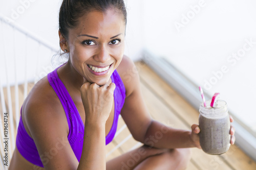 Photo  Woman drinking a smoothie