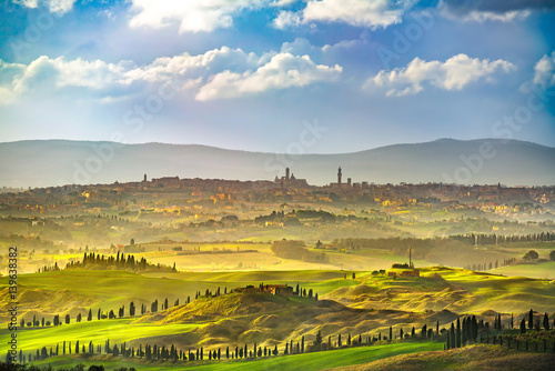 Fotografia Siena city skyline, countryside and rolling hills. Tuscany, Italy
