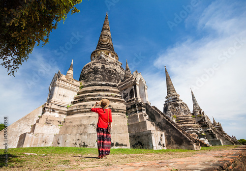 Photo Tourist near old temple in Thailand