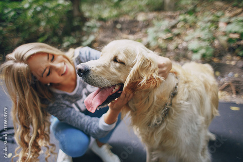 Photo couple walking outdoors with her dog