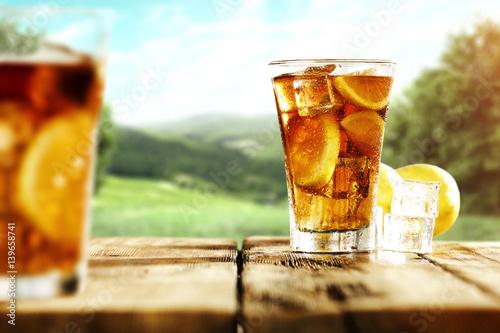 lodowa-herbata-na-drewnianym-starym-stole-w-ogrodzie