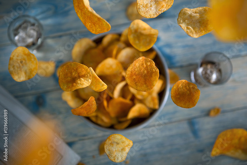 Fotografía  Crisps falling into a bowl