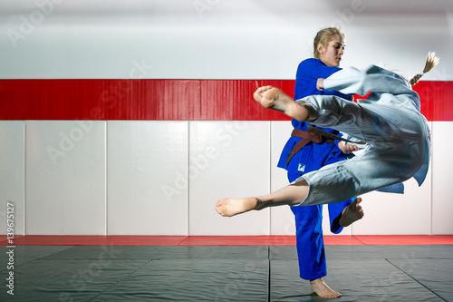 Plakat Dwie kobiety walczą judo na tatami