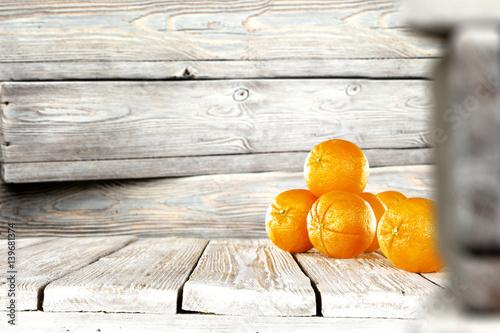 pomarancze-na-tle-szarych-desek