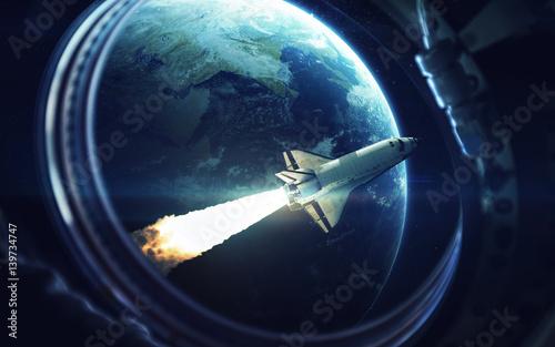 prom-kosmiczny-krazacy-wokol-planety-ziemi-widziany-z-okna-stacji-kosmicznej