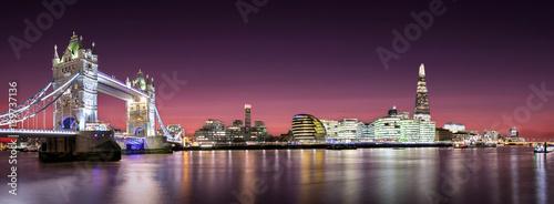 Fototapeta Panorama z Tower Bridge do London Bridge po zachodzie słońca