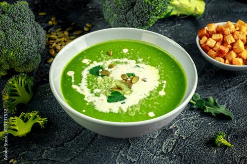 dietetyczna-zupa-kremowa-z-brokulow-z-posypka-z-pestek-slonecznika-lisci-pietruszki-i-grzankami-na-stole-z-kamienia
