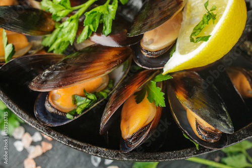 Poster Schaaldieren Mussels in wine with parsley and lemon. Seafood. Clams in the shells. Delicious snack for gourmands. Selective focus