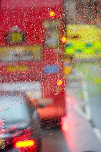 Türaufkleber London roten bus Rain in London view to red bus through rain-specked window